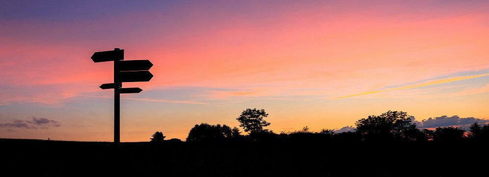 Bild på vägvisare i solnedgång